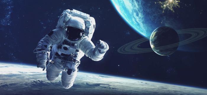 космонавт на фоне космоса