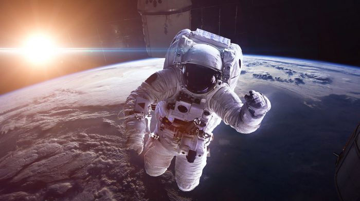 космонавт на фоне земли